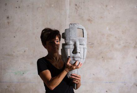 Beatrice Bizot amb una obra seva